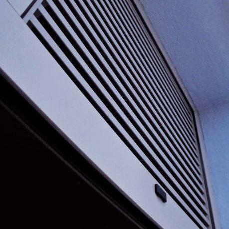 Una rejilla funciona como un sistema de ventilación capaz de filtrar el aire que entra y sale de un ambiente. ¡Conozca todo lo que te puede ofrecer la línea de rejillas Renson!